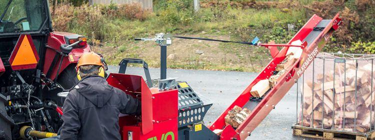 Le convoyeur à bois de chauffage de la tronçonneuse-fendeuse Pilkemaster EVO pivote
