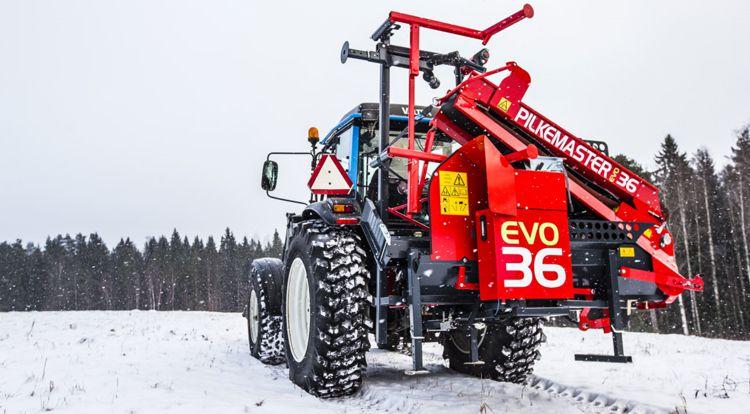 Processeur à bois de chauffage Pilkemaster EVO36 replié derrière un tracteur